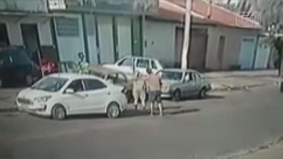 Homem e mulher discutem por vaga de estacionamento em Franca (SP) — Foto: Redes sociais/Reprodução