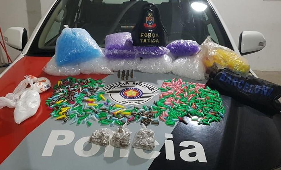 Suspeito é preso com centenas de porções de drogas em apartamento em Marília (Foto: Polícia Militar/Divulgação)