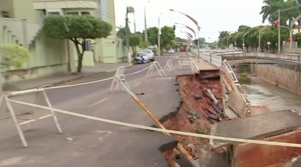 Barragem de córrego em Birigui desmoronou  (Foto: Reprodução / TV TEM )
