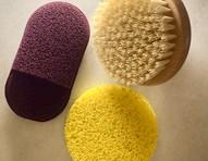 Esfoliação a seco: esponjas e escovas para fazer procedimento em casa