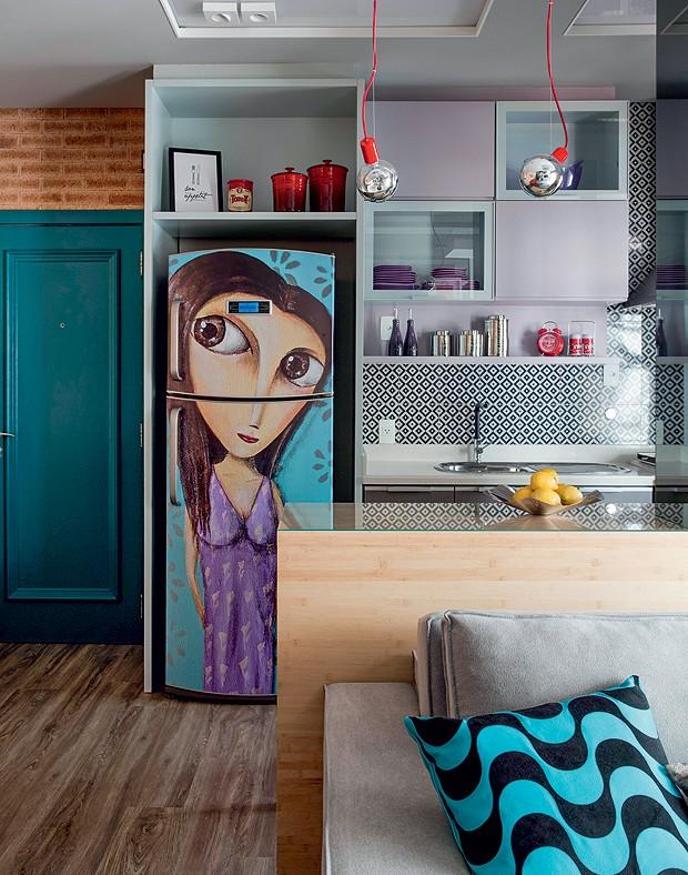 Com grafite de Paulo Gouvêa plotado e adesivado na geladeira, a arte foi baseada em fotos da moradora. Na parede, revestimento Cobogó Índigo, da Portobello (Foto: Marco Antonio/Editora Globo)