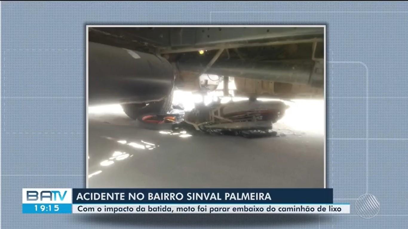 Moto fica destruída após bater contra caminhão da coleta de lixo em Itabuna, no sul da BA