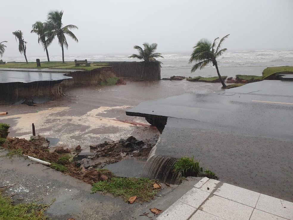 Crateras ficaram abertas após forte chuva que atingiu Peruíbe (SP) — Foto: G1 Santos