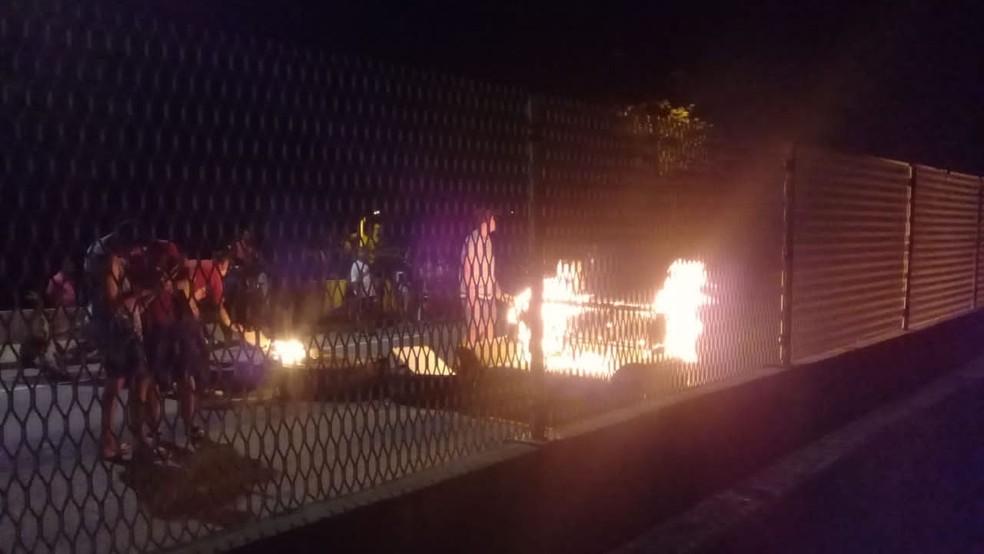 Manifestantes colocam fogo e fecham trecho da BR-101, em Casimiro de Abreu, no RJ — Foto: Fernanda Gomes/Arquivo pessoal