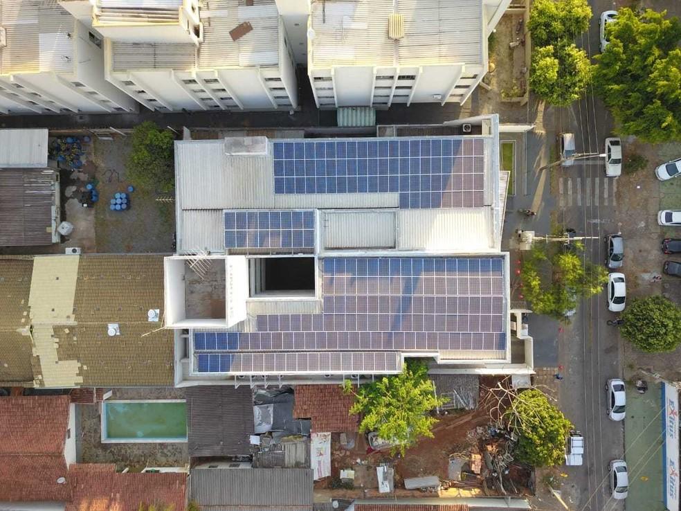 Visão aérea da sede e das placas fotovoltaicas instaladas no teto, em Goiânia, Goiás — Foto: Seconci/Divulgação