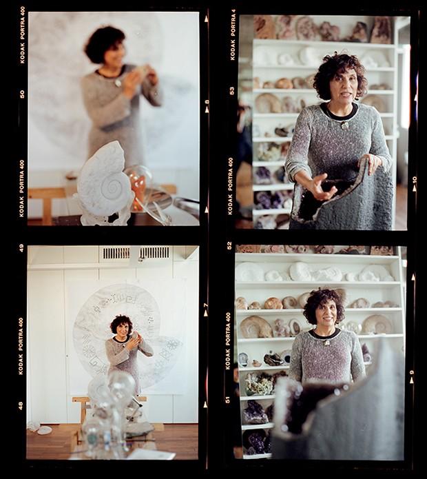 Denise MIlan, em meio às pedras armazenadas em sua oficina (Foto: Vivi Bacco)