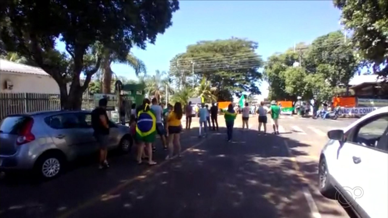 Manifestantes fazem atos contra o fechamento do comércio em Rio Preto e Araçatuba