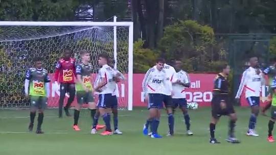 Raniel se destaca em treino do São Paulo com três gols; Tiago Volpi deixa o gramado com dores