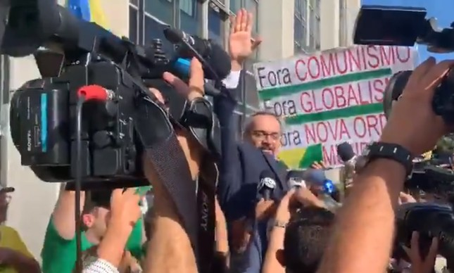 Ministro Abraham Weintraub deixa PF carregado por apoiadores