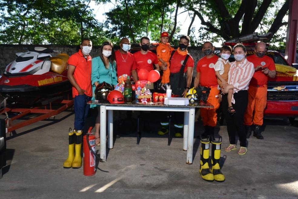 Emanuel comemorou aniversário com os bombeiros em Teresina — Foto: Christopher Moreira