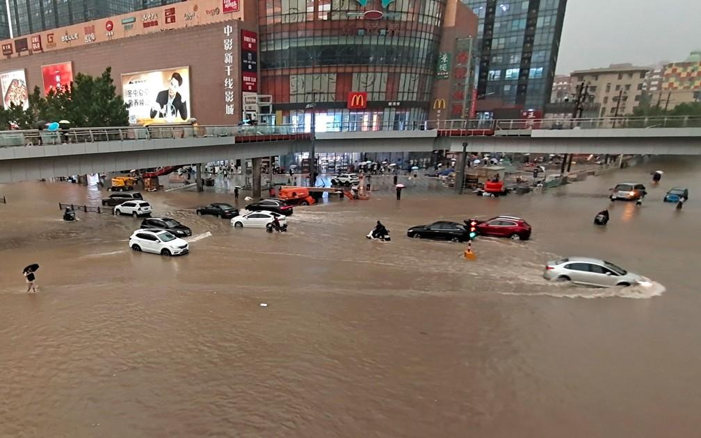 Veículos presos após forte chuva em Zhengzhou, capital da província de Henan, na China, na terça-feira (20) — Foto: Chinatopix via AP