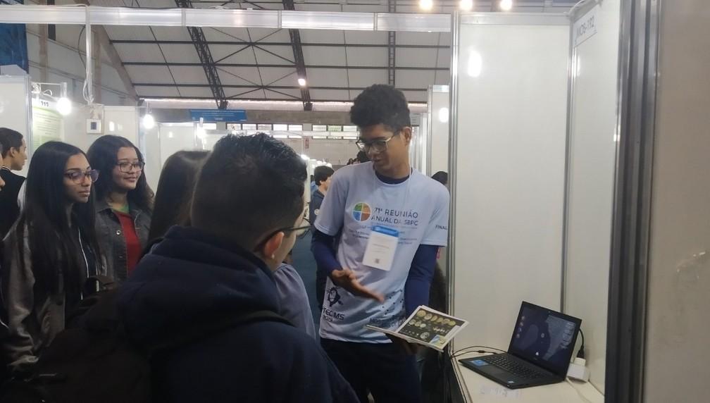 Maicon Douglas dos Santos, de 17 anos, apresentou o game na Mostra Nacional de Feiras de Ciências, que fez parte da programação da Sociedade Brasileira para o Progresso da Ciência (SBPC)  — Foto: Jorge Lúcio Rodrigues das Dores