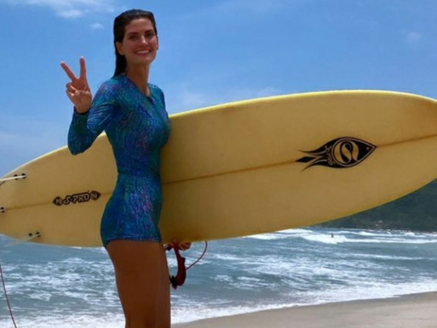 Isabella Fiorentino faz aula de surfe no Guarujá (Foto: Reprodução/Instagram)
