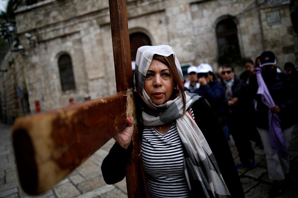 Fiel carrega cruz de madeira durante Sexta-feira Santa na Cidade Velha de Jerusalém  (Foto: REUTERS/Corinna Kern)