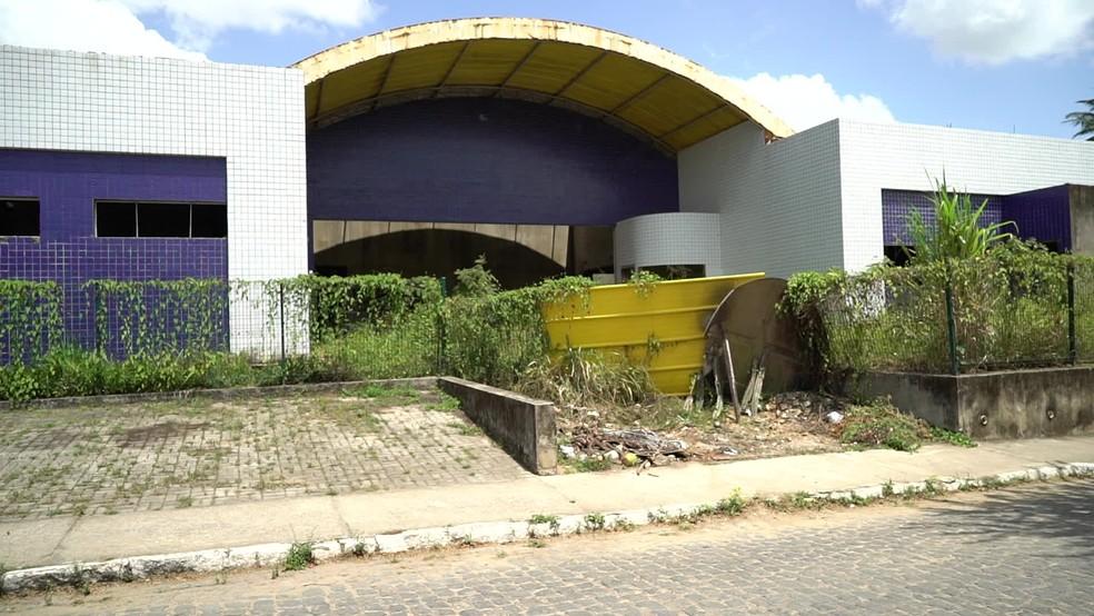Em Escada, mato cobre construção da UPAE — Foto: Reprodução/TV Globo