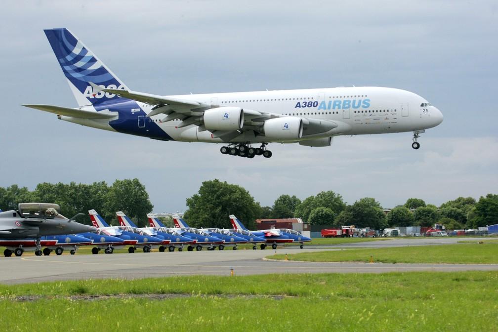 Foto de arquivo de junho de 2009 mostra um Airbus A380 pousando em Paris, na França — Foto: Pierre Verdy/AFP