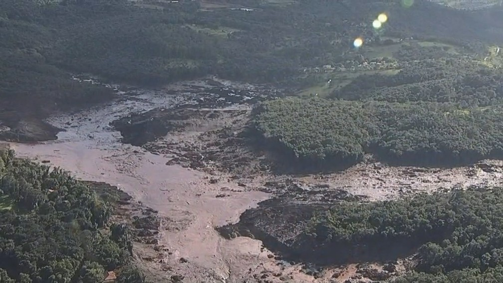 Imagem aérea mostra destruição em Brumadinho após rompimento de uma barragem da mineradora Vale  — Foto: Reprodução/TV Globo