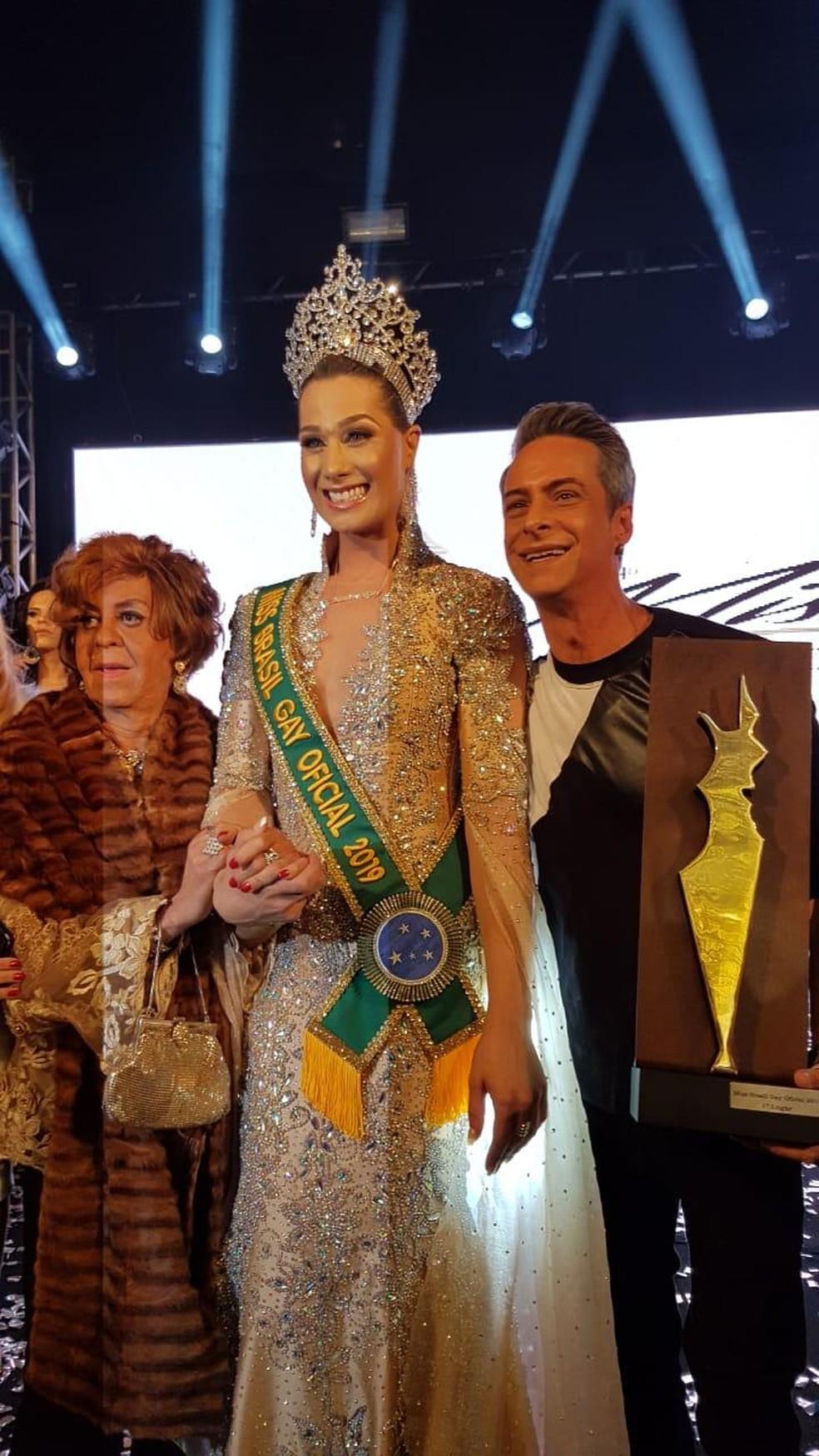 Chiquinho Mota, idealizador do concurso; Antonia Gutierrez, a Miss 2019; e André Pavan, um dos organizadores do concurso — Foto: Assessoria/Divulgação