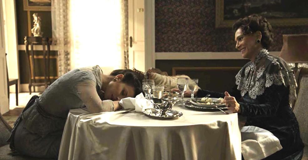 Lady Margareth dopa Briana e coloca em prática um plano maquiavélico  (Foto: TV Globo)