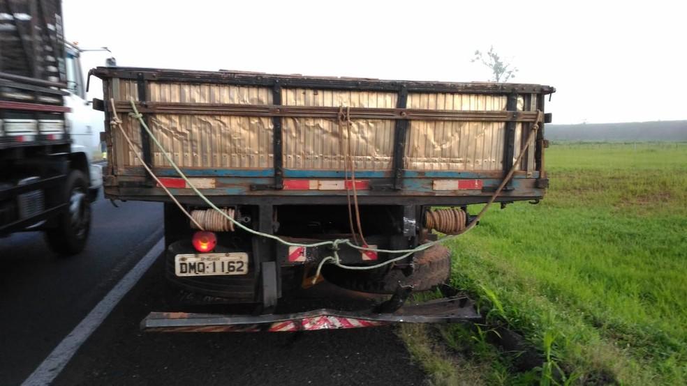 Motorista do caminhão saiu ileso de acidente na Rodovia Transbrasiliana de Marília — Foto: Polícia Rodoviária Federal/Divulgação