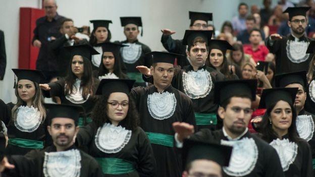Colação de grau de formandos no Ceará: Brasil tem hoje cerca de 290 universidades de Medicina (Foto: UFC via BBC)