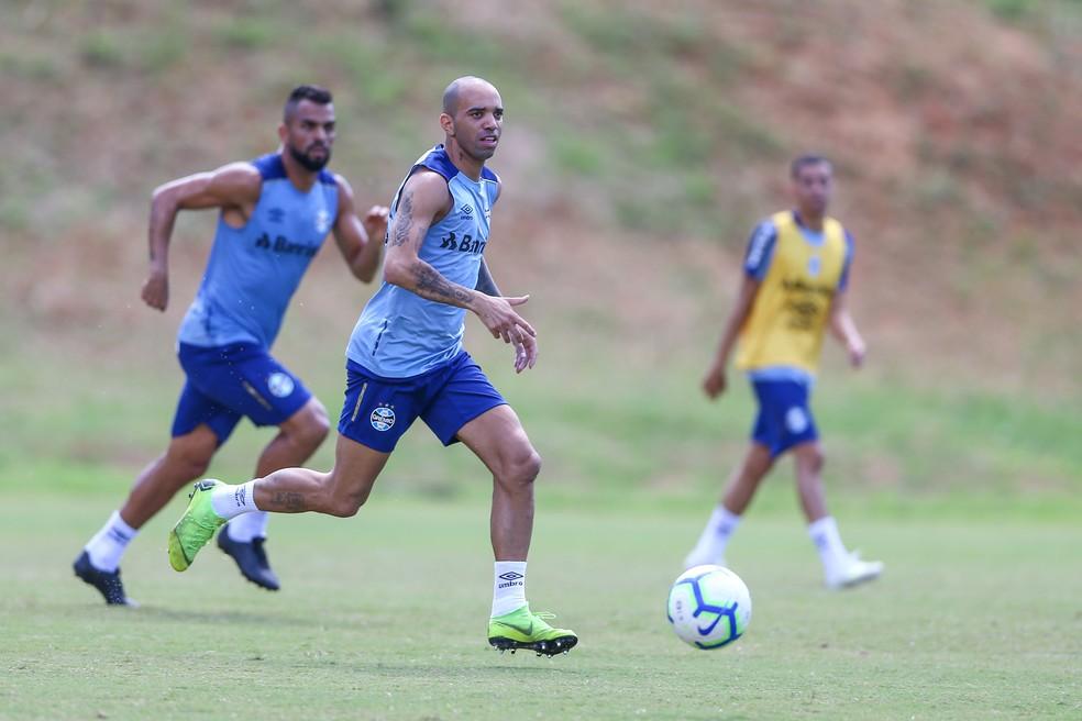 """Ao fundo, Maicon considera Tardelli um """"craque de bola"""" — Foto: Lucas Uebel/Grêmio"""