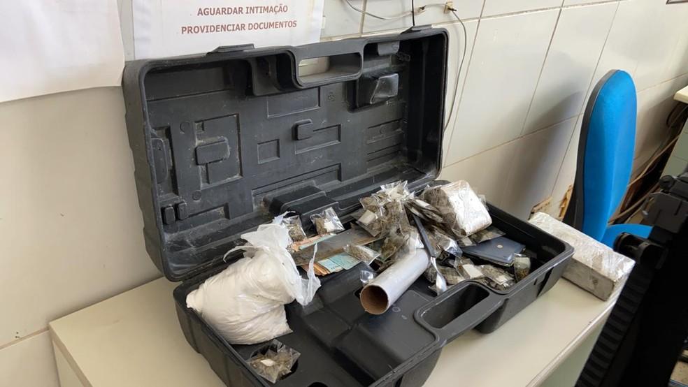 Polícia apreendeu drogas, armas, dinheiro e equipamentos de informática durante operação no Cariri. — Foto: Lorena Tavares/ SVM