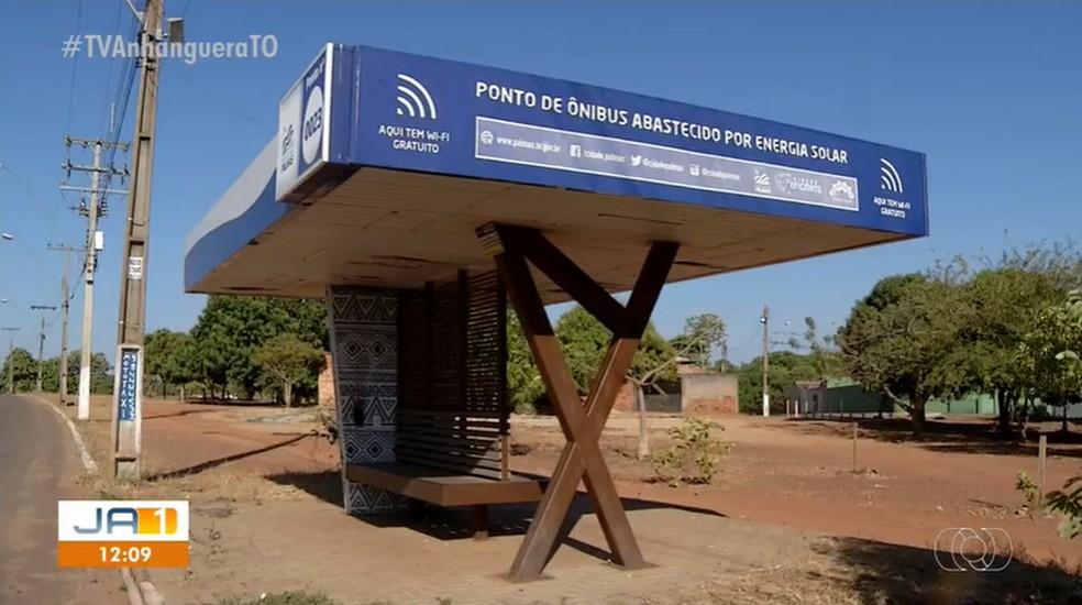 Ponto de ônibus tecnológico instalado em Palmas — Foto: Reprodução/TV Anhanguera