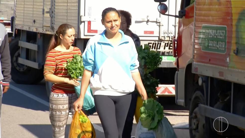 Motoristas estão doando os alimentos para que os produtos não estraguem durante a greve da categoria (Foto: Reprodução/Inter TV)