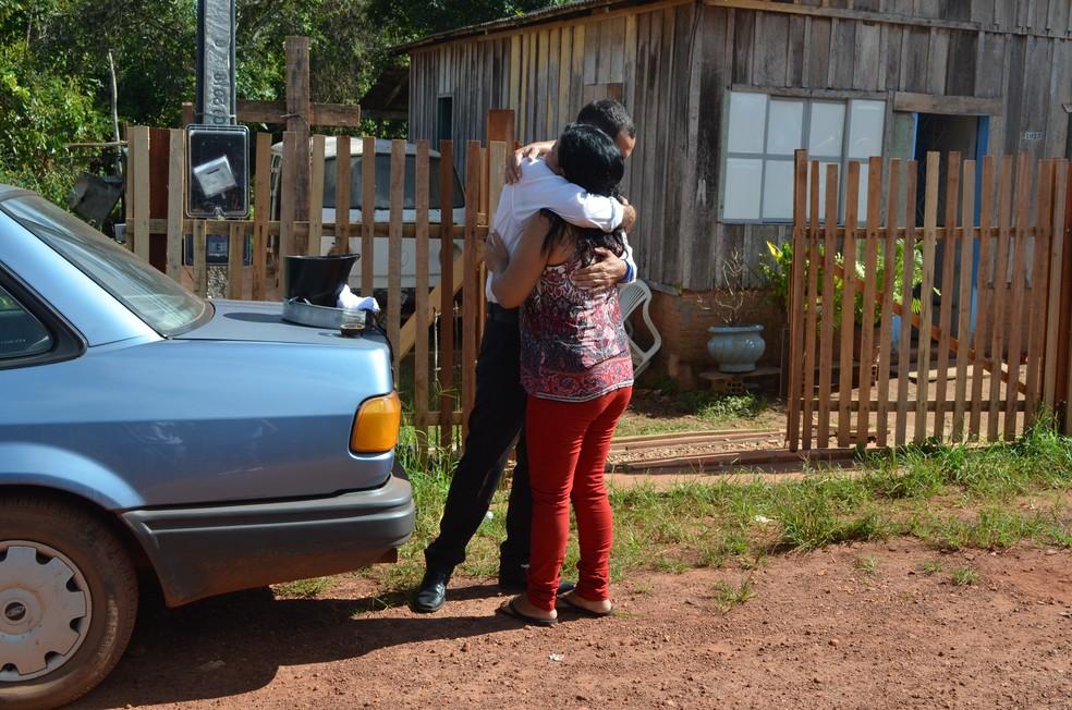 Jovem tem sempre o apoio da mãe e do pai, que mudaram a vida para ajudar o rapaz após ele sofrer um acidente em 2016.  — Foto: Magda Oliveira/G1