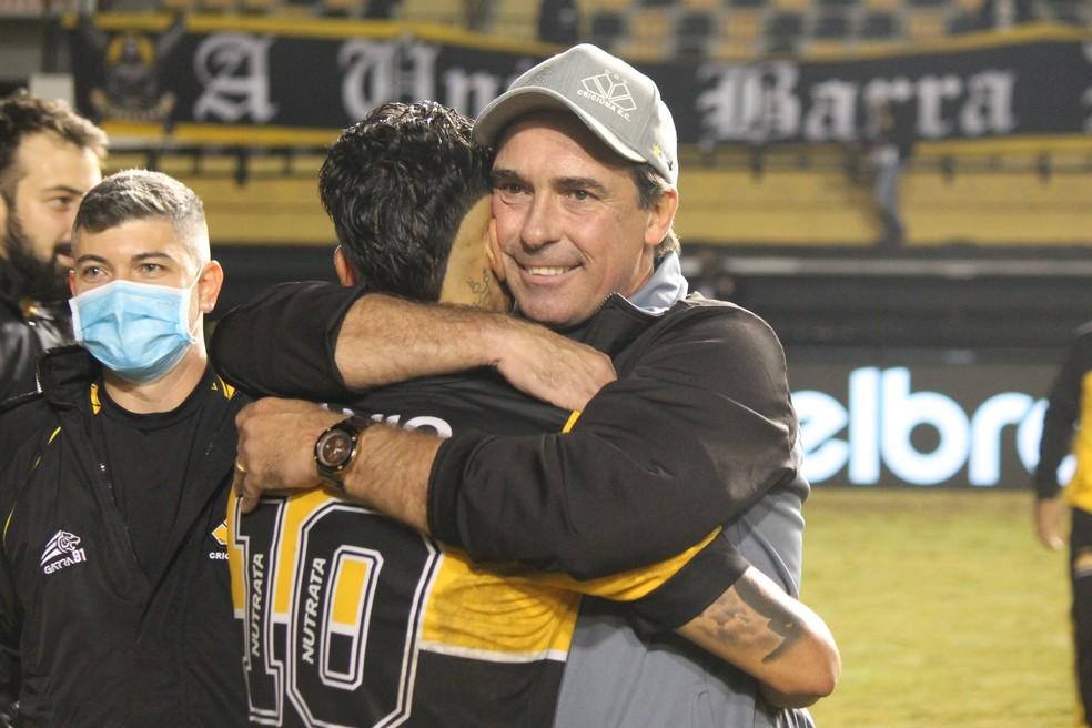 Paulo Baier comemora classificação do Criciúma com o meia Dudu — Foto: Celso da Luz/www.criciuma.com.br