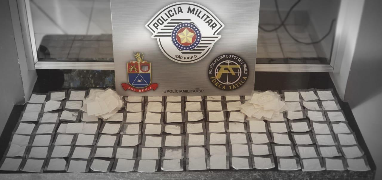 Durante abordagem, casal tenta esconder bolsa com cocaína dentro, mas Polícia Militar percebe e o prende em flagrante