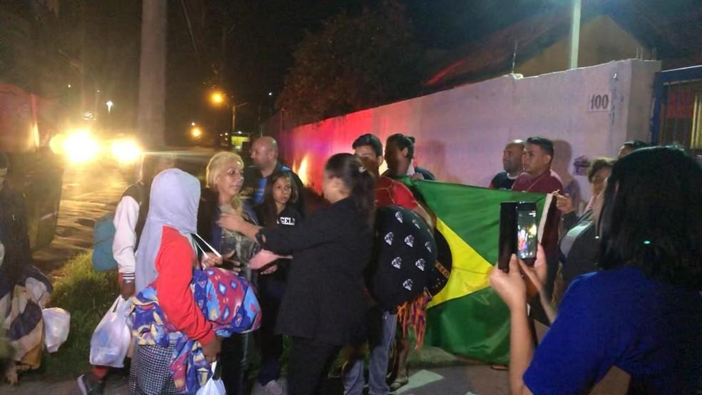 Na chegada, os venezuelanos foram recebidos com festa por brasileiros e outros imigrantes — Foto: Matheus Felipe/RBS TV