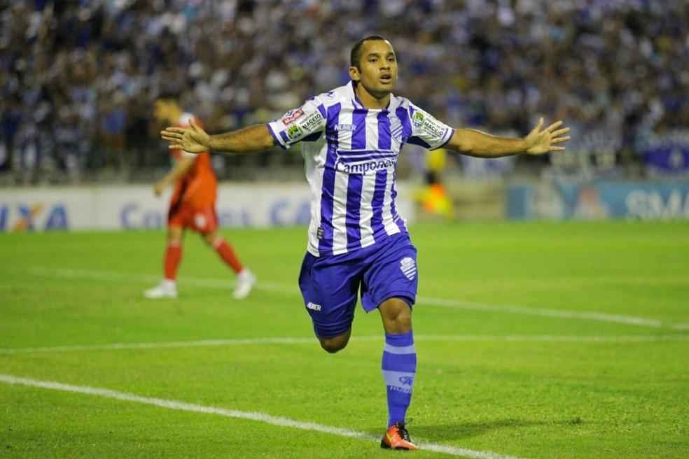 Edinho fez gol da vitória do time alagoano (Foto: Jonathan Lins/G1)