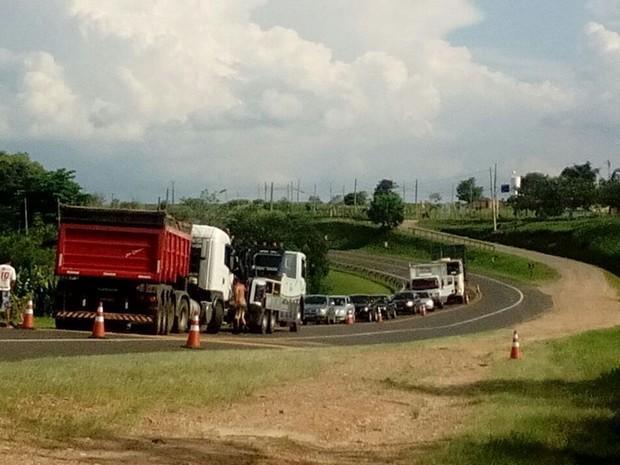 No momento da retirada do veículo houve paralisação na via (Foto: Arquivo Pessoal/ Juliana Rodrigues)