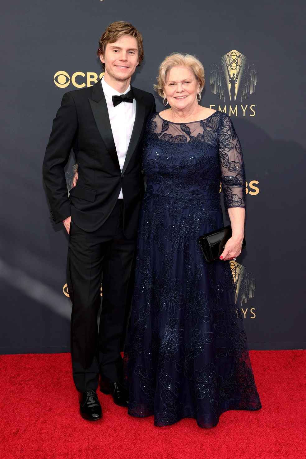 Evan e Julie Peters chegam ao Emmy 2021 — Foto: Rich Fury/Getty Images North America/Getty Images via AFP