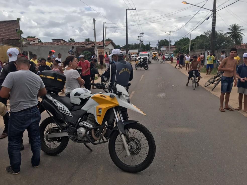 Policiais interditaram avenida Moema Tinôco, na Zona Norte de Natal, onde menino de 3 anos morreu atropelado por caminhão (Foto: Kleber Teixeira/Inter TV Cabugi)