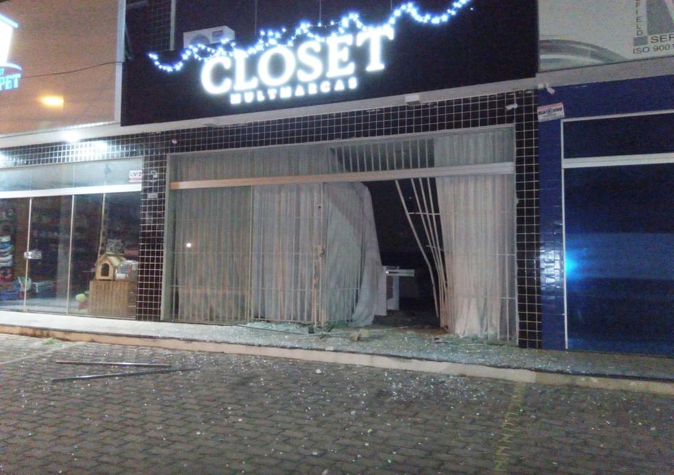 Em uma das lojas arrombadas, no centro de Mossoró, bandidos quebraram a vitrine e levaram parte da mercadoria (Foto: PM/Divulgação)