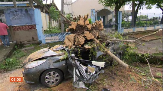Enchentes e desabamentos deixam quatro mortos e dois mil desabrigados no RJ