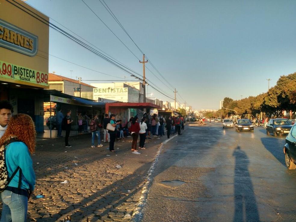 Passageiros aguardam ônibus em parada de Taguatinga (Foto: Aldair Fernando/G1)