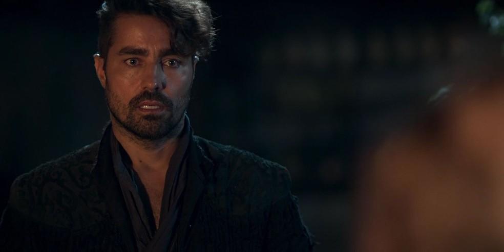 Virgílio vai à casa de Amália para uma visita, mas acaba flagrando ela e Afonso juntos. Ele diz o nome da noiva em voz alta... (Foto: TV Globo)