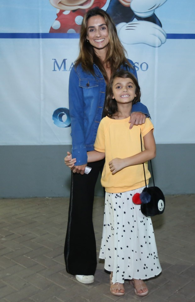Camila Lucciola e a filha Felipa (Foto: Roberto Filho/Brazil News)