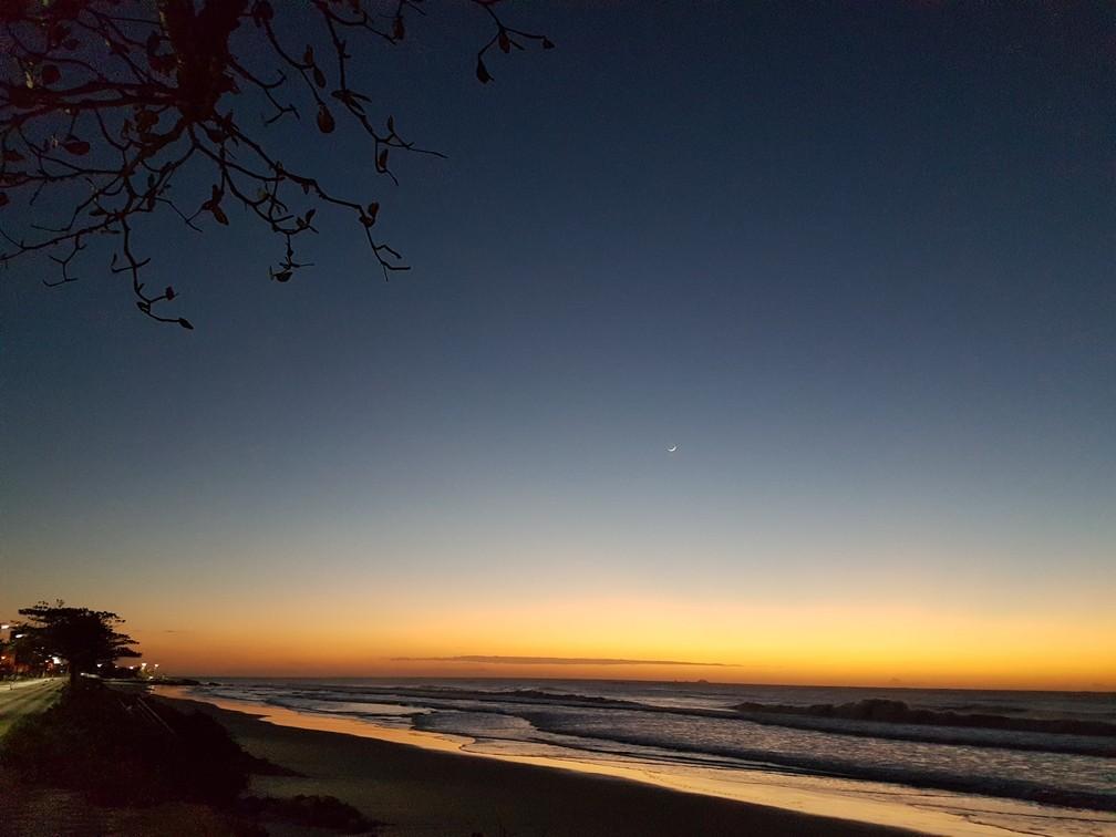 Amanhecer em Matinhos, no litoral do Paraná, nesta quarta-feira (11) (Foto: Marcelo Zelak)