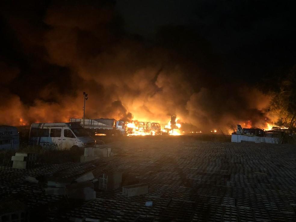 Incendio atingiu depósito de carros da Polícia Militar, na noite desta terça-feira (12), em Santo Amaro, na área central do Recife — Foto: Pedro Alves/G1