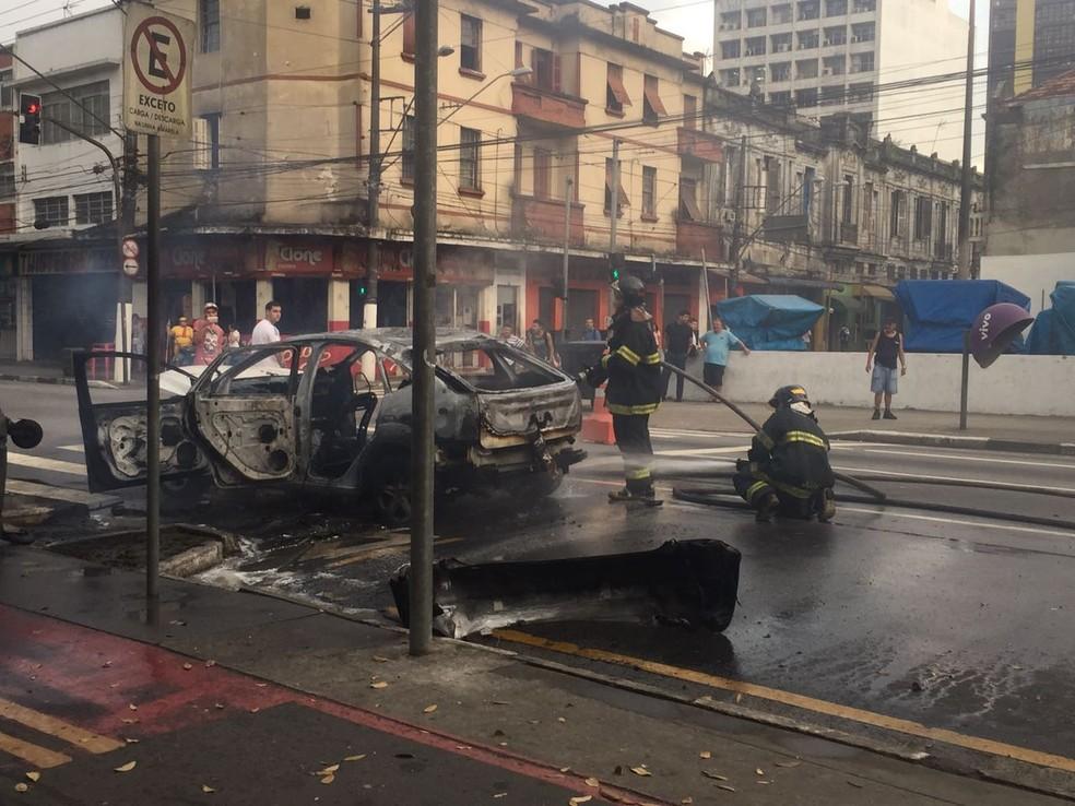 Carro de cliente que não pagou travesti é incendiado em Santos, SP. (Foto: Andressa Barboza/G1)