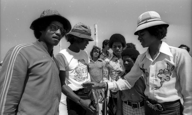 Chegada de Michael Jackson e seus irmãos ao Aeroporto Internacional do Galeão, no Rio de Janeiro, em 1974