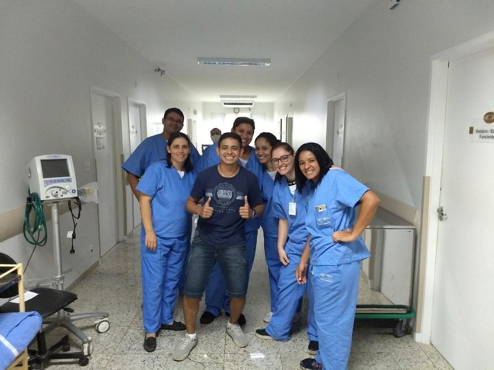 Joilson com a equipe médica do Hospital Amaral Carvalho  (Foto: Arquivo pessoal)