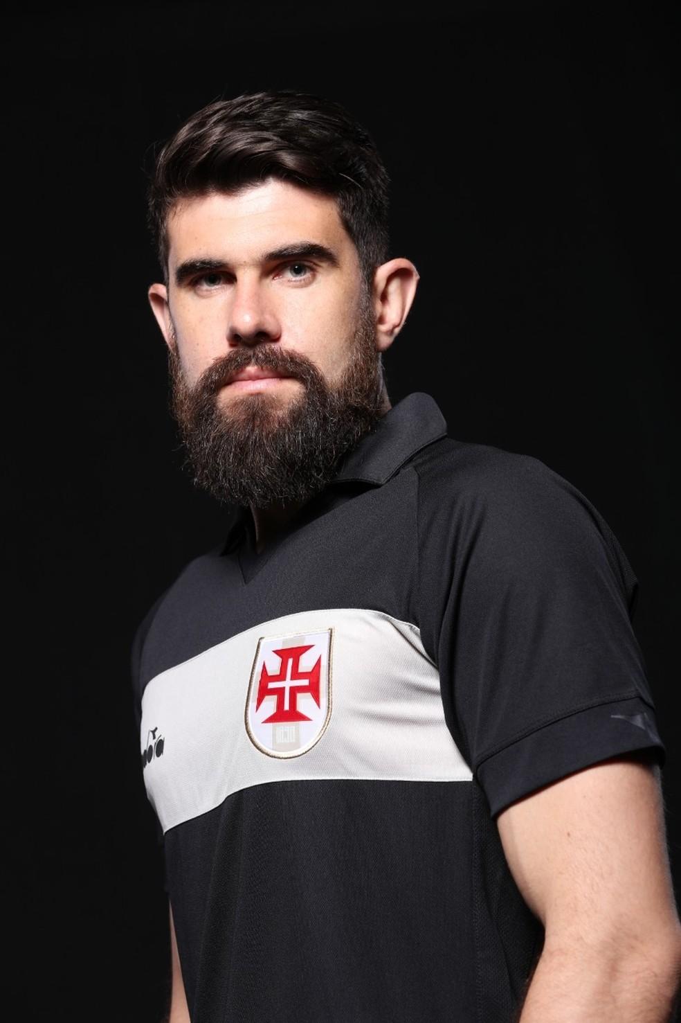 Fernando Miguel exibe nova terceira camisa de goleiro do Vasco — Foto: Carlos Armando / Vasco