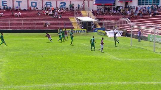 Santa Cruz chega com perigo, mas o goleiro Felipe Mosquete espalma, aos 32 do 1º tempo