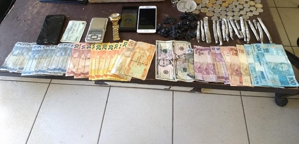 Drogas e dinheiro foram apreendidos na terça (6) após denúncia  — Foto: Divulgação/PM-AC
